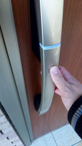 ボタンでの鍵の開け閉めシーン