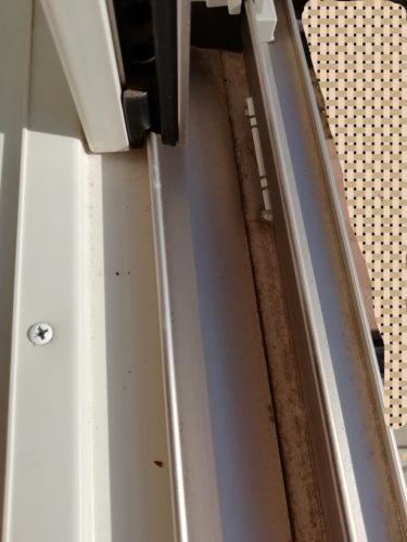 掃除前の窓サッシ