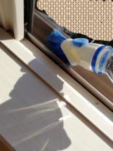 窓サッシをブラシで掃除