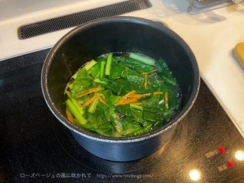 小松菜とにんじんのナムル調理